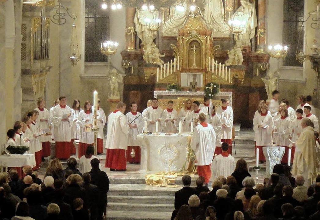 Festlich erleuchtet und voll besetzt: ...eier in der St. Martinskirche in Wehr     Foto: Hansjörg Bader