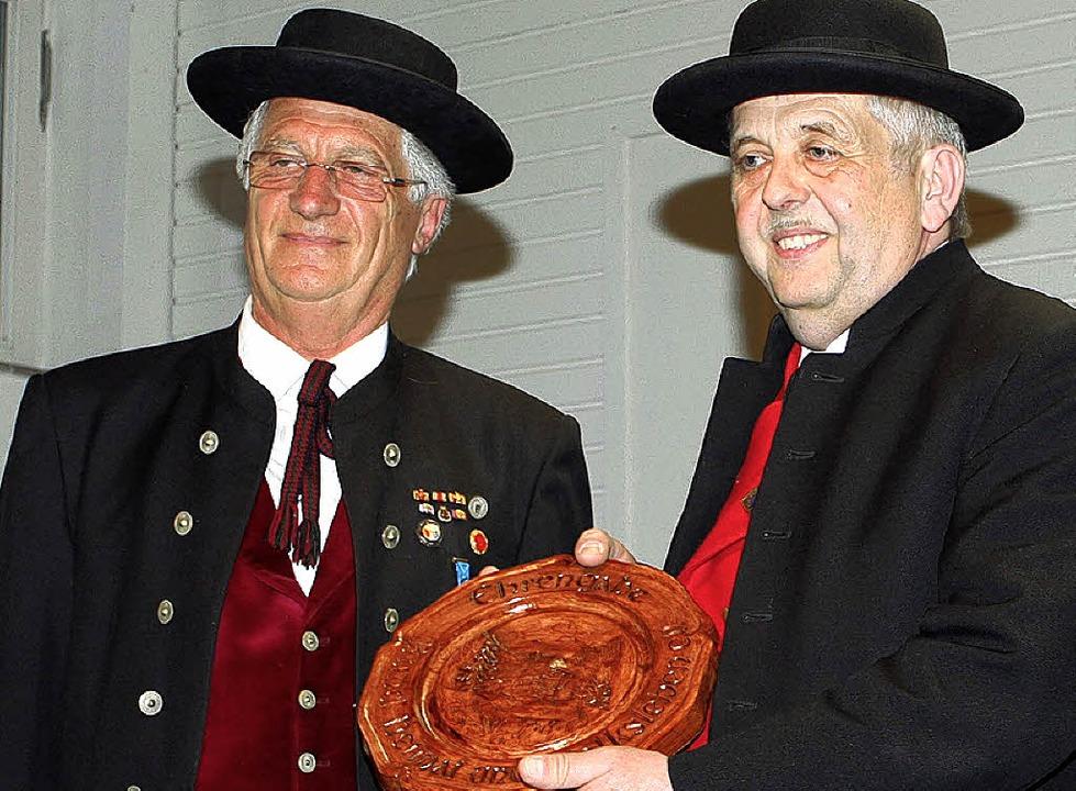 Alfred Vornab (links) überreicht  Stefan Heß den Ehrenteller.  | Foto: Mario Schöneberg