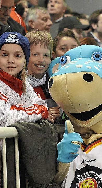 DEB-Maskottchen Urmel mit jungen Eishockey-Fans  | Foto: achim keller