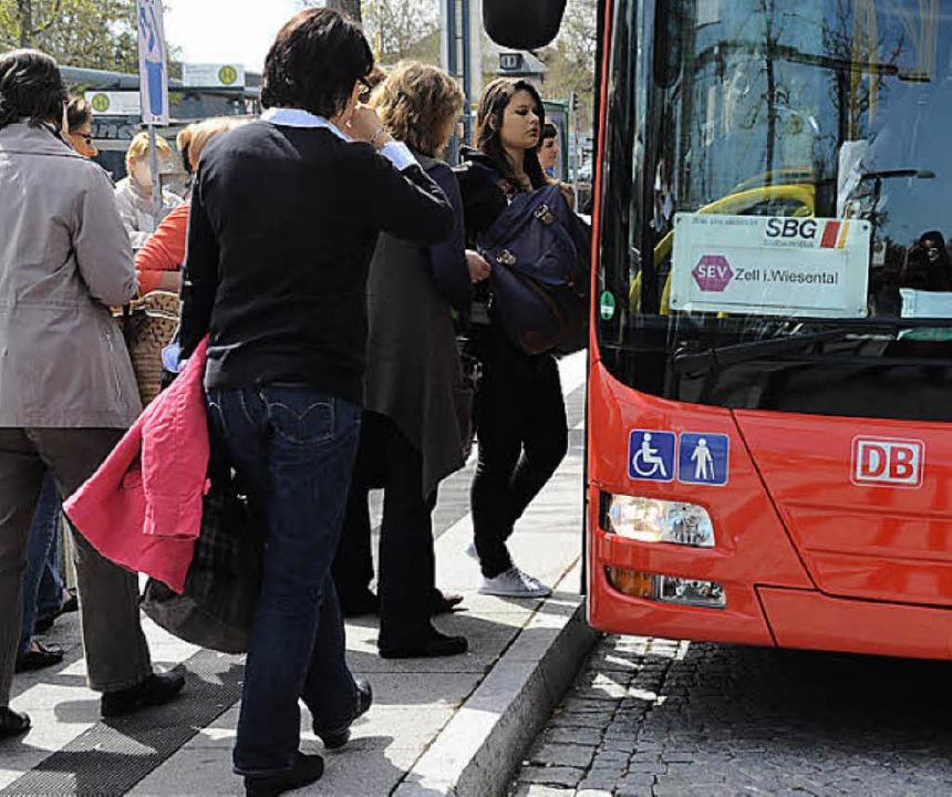 Der Andrang auf die Busse ist groß     Foto: Tolsdorf