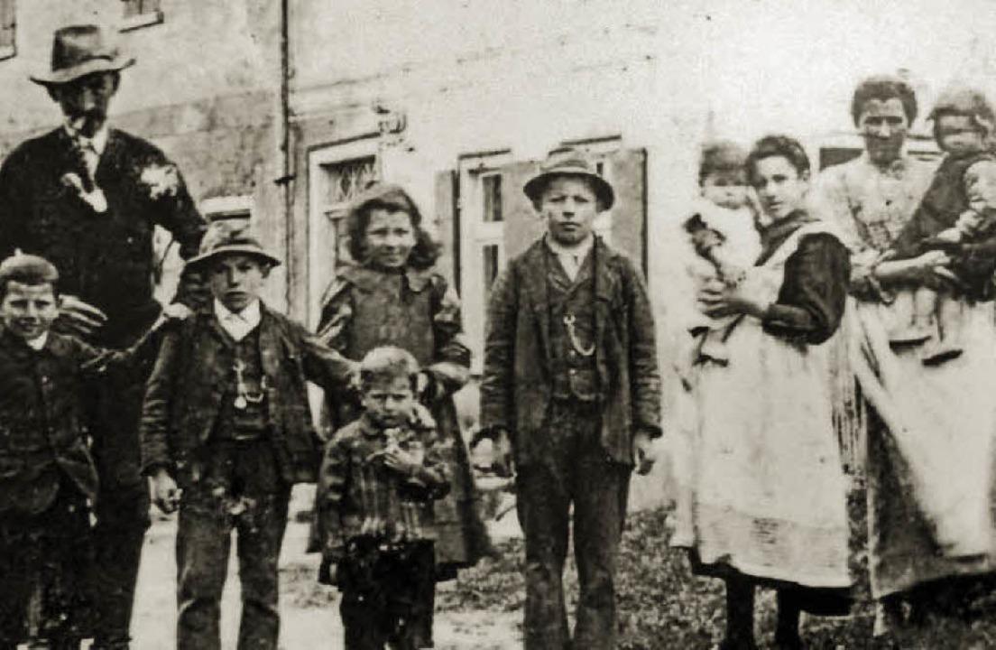 Blanke Not: Schwabenkinder in ihrer Gastfamilie, 1907.   | Foto: BauernhausMuseum Wolfegg