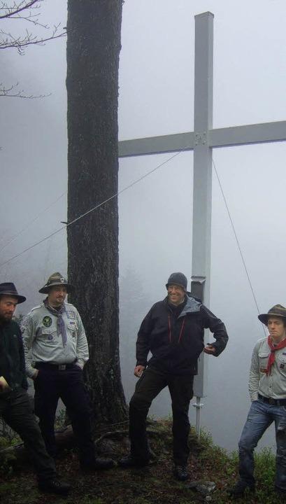 Dem Himmel so nah: Nebel und Kälte hie...egearbeiten an den weißen Kreuzen ab.   | Foto: Pfadfinder