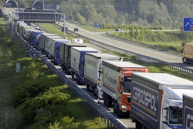 Ampel vor Tunnel fällt aus - Polizei regelt Verkehr von Hand