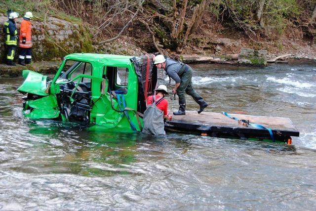 Schwerer Verkehrsunfall: Transporter landet in der Wutach