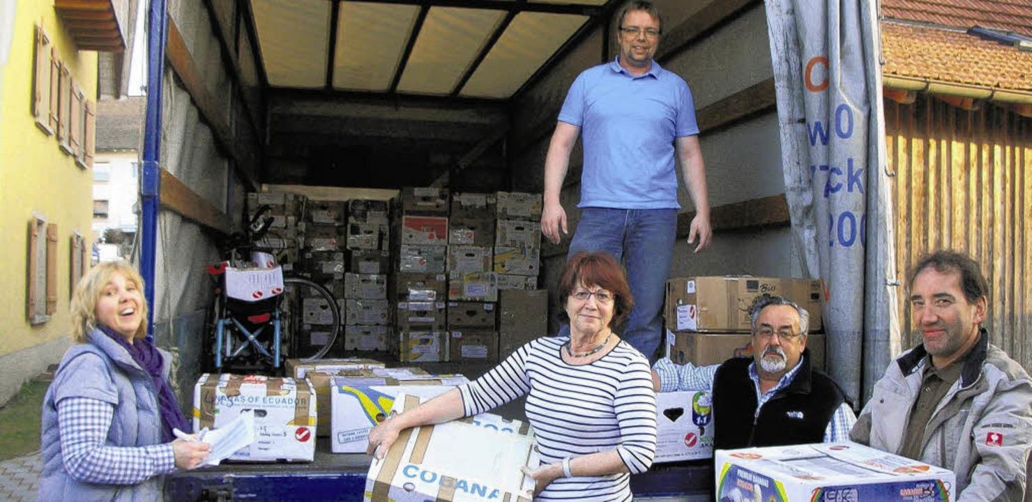 Hedi Müller und Andreas Puke (Mitte) verladen Pakete.   | Foto: DEHMEL