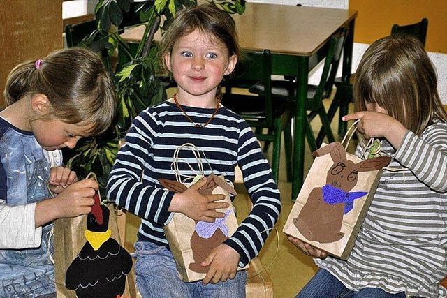 Der Osterhase beglückt Kinder