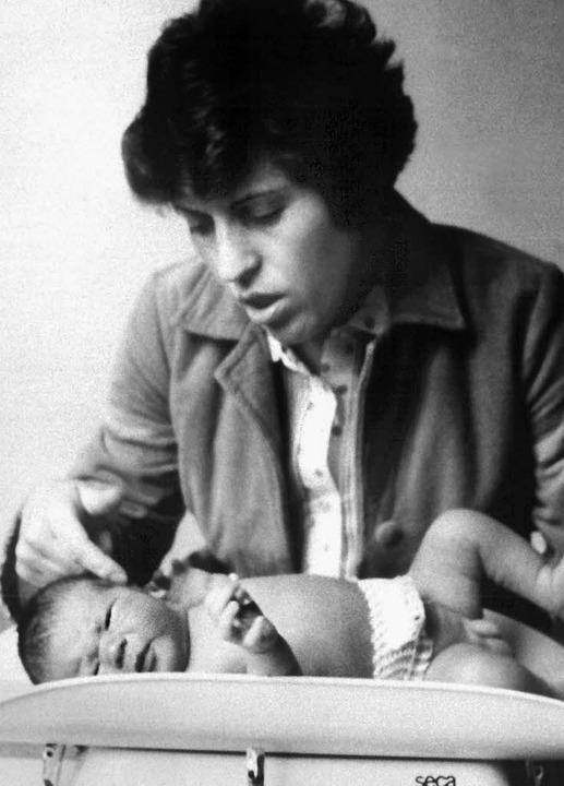 Maria W. streichelt ihren Sohn Oliver,...ert am Montag seinen 30.  Geburtstag.   | Foto: dpa