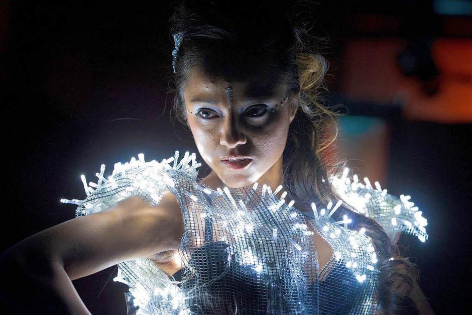 Studierende der Hochschule für Mode, Grafik und Design in Offenbach und ihre von fluoreszierenden Farben und kleinen LED-Lichtern dominierten Modeentwürfe. (Foto: dpa)