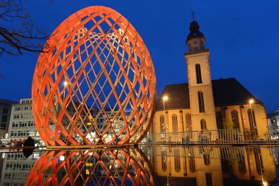 """Die eiförmige Holzskulptur """"OVO"""" an der Hauptwache in Frankfurt am Main – eine der Installationen bei der alle zwei Jahre stattfindenden """"Luminale"""" im Rhein-Main-Gebiet (Foto: dpa)"""