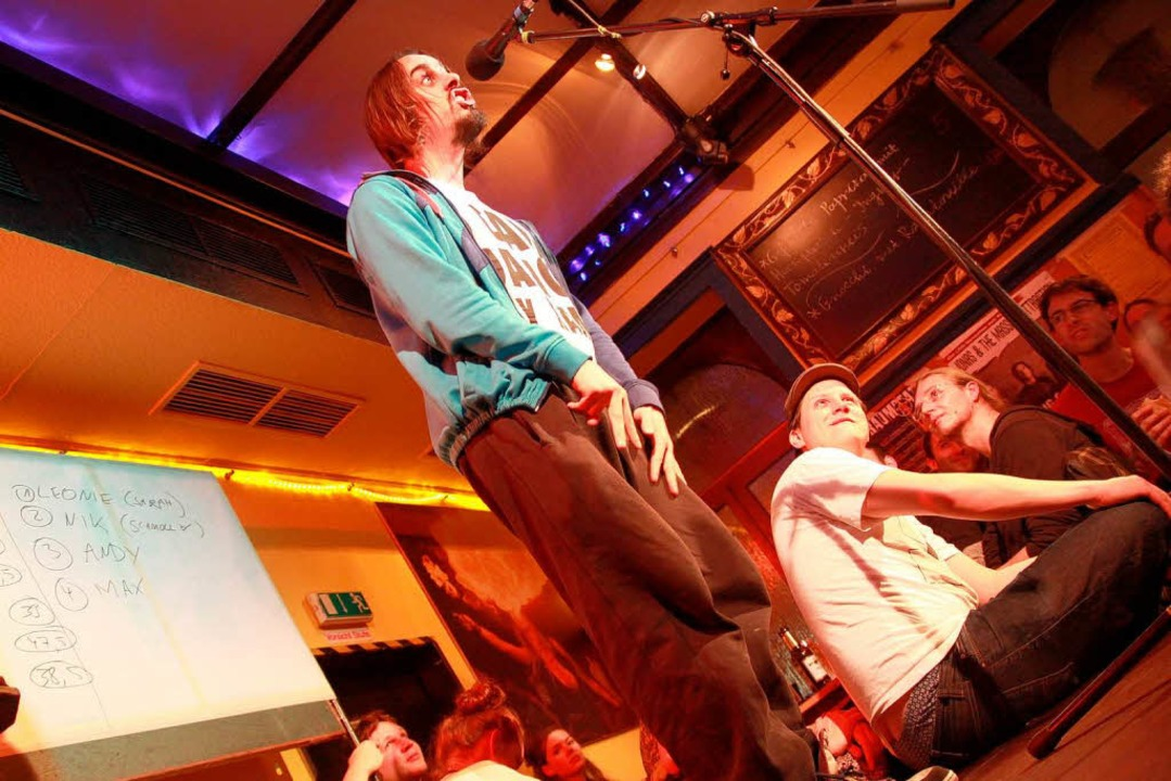 Andy Strauß beim Poetry-Slam im Café Atlantik in Freiburg  | Foto: Max Schuler