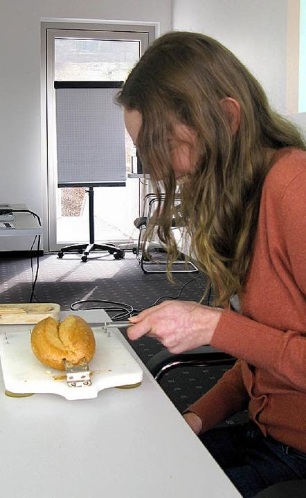 Selbsterfahrungsübung: Mit einer Hand ...uschneiden, ist gar nicht so einfach.   | Foto: Klinik