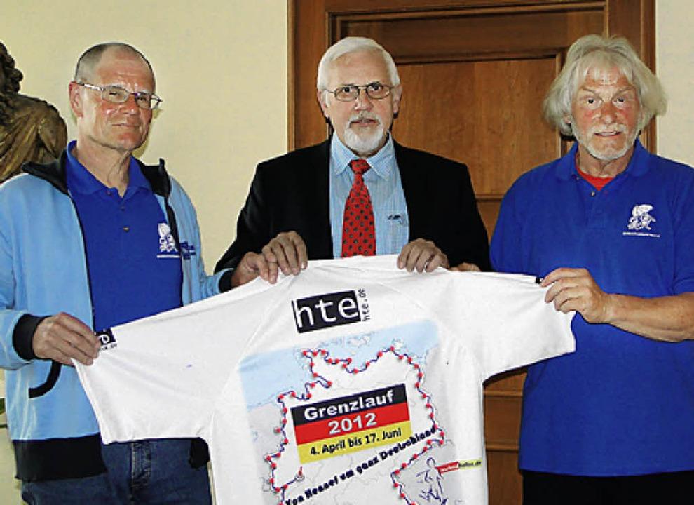 Die  Ultraläufer Gerhard Albrecht (lin...tellvertreter Lothar   Menges begrüßt.  | Foto: süßle