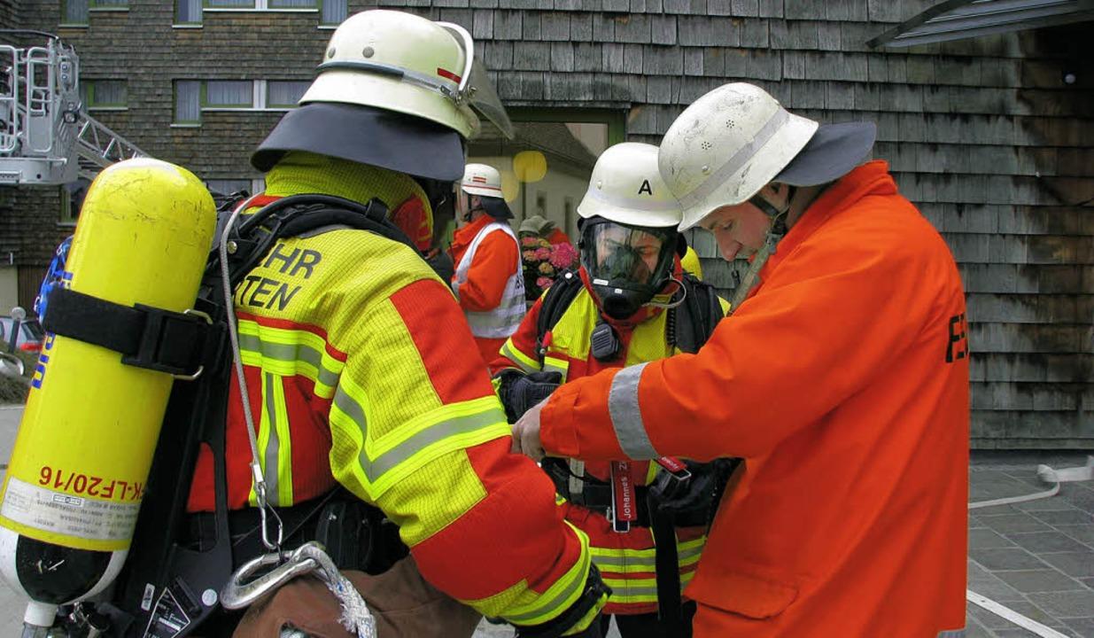 Welcher Atemschutzträger wann ins brennende Gebäude geht, muss  vermerkt werden.  | Foto: monika rombach