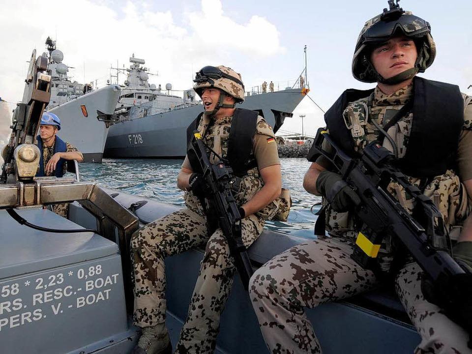 So etwa sieht das aus, wenn die Bundes... Manöver zur Absicherung von Schiffen.    Foto: ddp