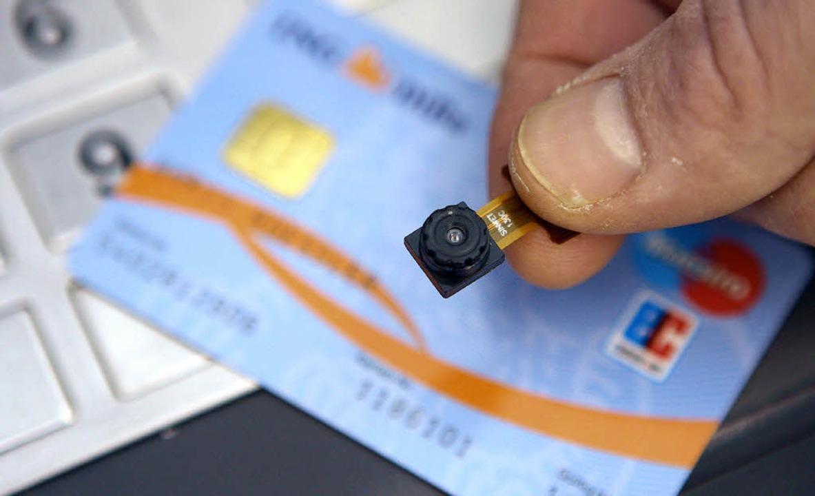 Ein Fahnder hält eine sichergestellte ..., die zum Datenklau eingesetzt wurde.   | Foto: dpa