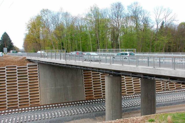 Verkehr rollt über Neubautrasse der Bahn