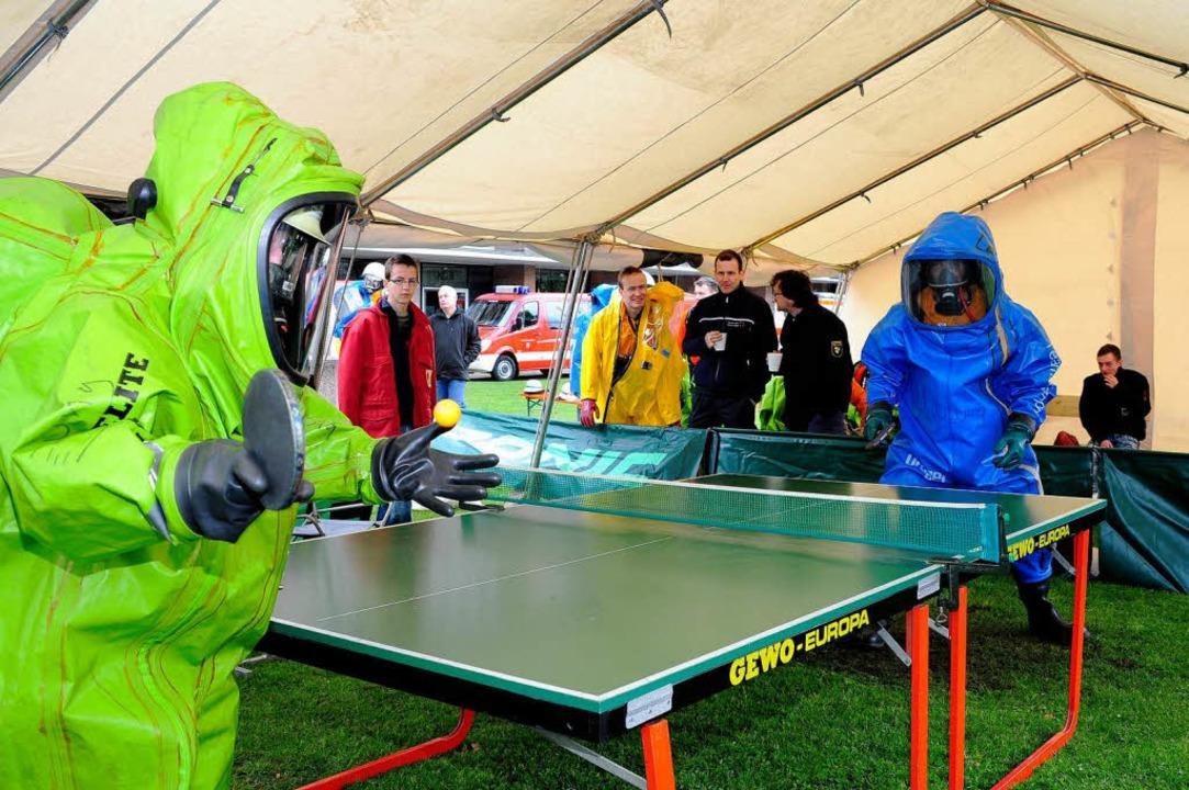 Im Chemikalien-Schutzanzug Tischtennis zu spielen, ist äußerst anstrengend.  | Foto: Thomas Kunz