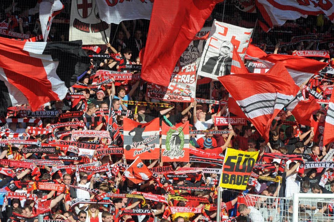 Die Fans des SC Freiburg dürfen über den Klassenerhalt jubeln.  | Foto: Michael Heuberger