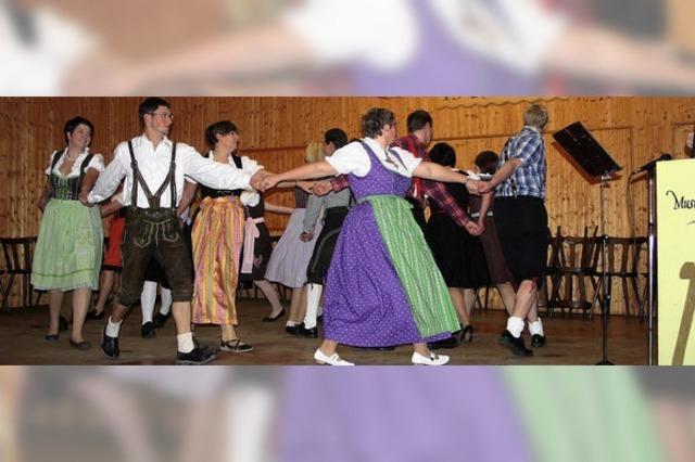 Auch Kinder und Jugendliche tanzen mit