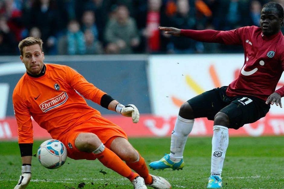 Oliver Baumann parierte mehrmals prächtig – hier gegen Hannovers Ya Konan. (Foto: dapd)