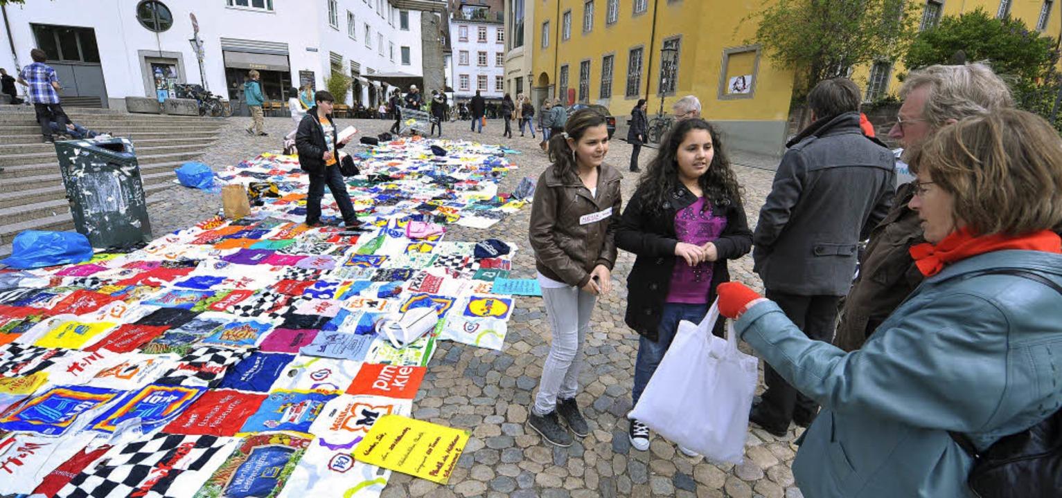 500 Plastiktüten zeigen anschaulich de... Berliner Lange kommen mit Stofftüte.   | Foto: Bamberger