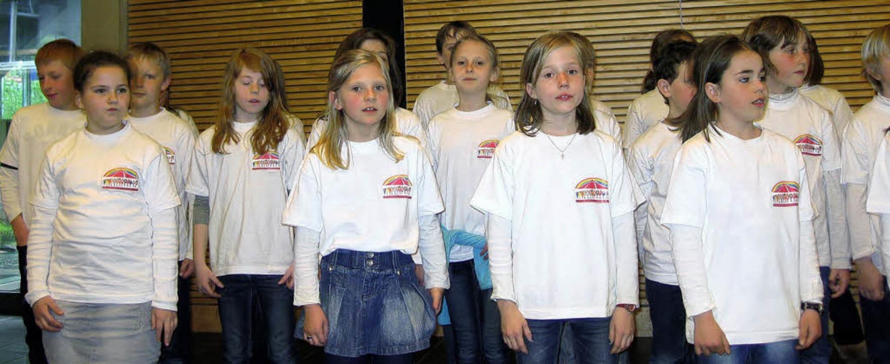 Die Mädchen und Jungen des Schulchors ...Regierungspräsidentin Bärbel Schäfer.     Foto: privat