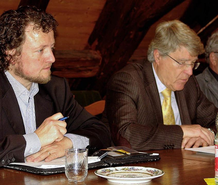 Johannes Baumgärtner (links) und Rolan...rch die Broschüre und ihre Pläne vor.   | Foto: Kati Wortelkamp