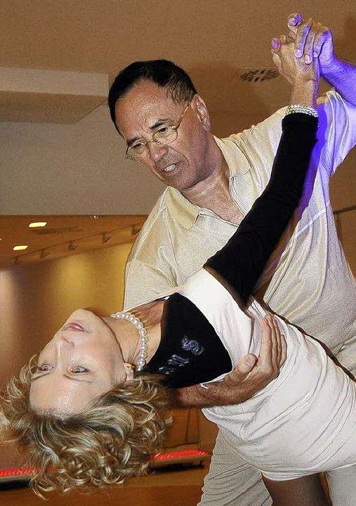Eugen Fritz und seine Frau Tina führen eine Mambo-Figur vor.   | Foto: ingo schneider