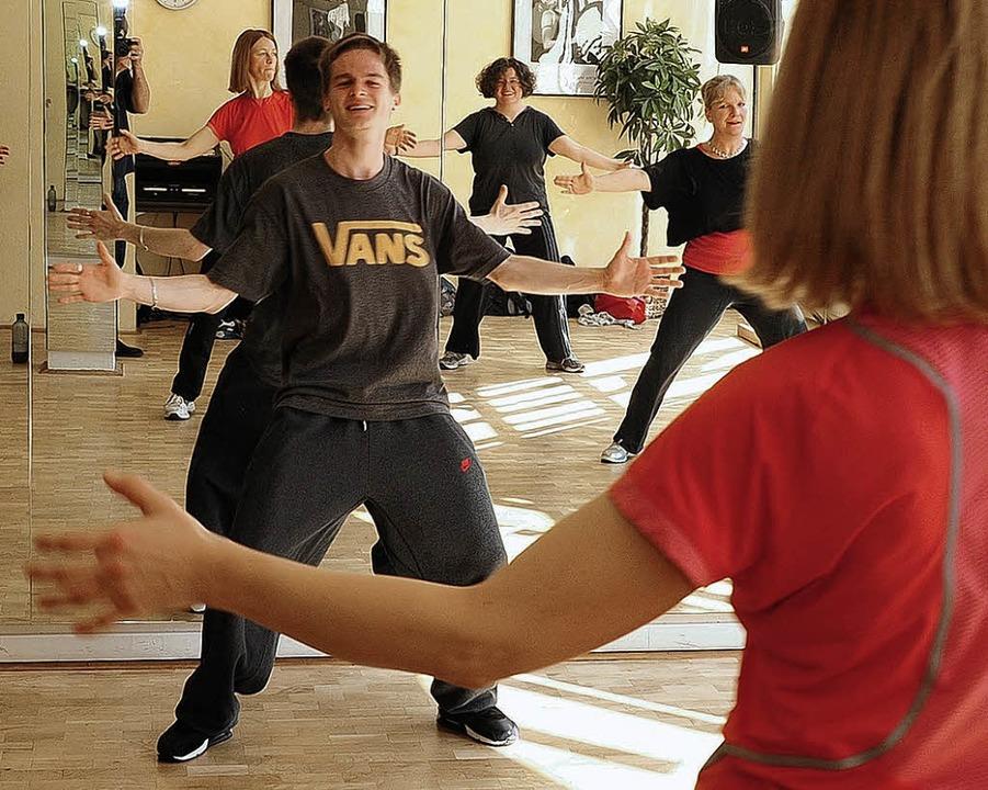 Im Zumba-Kurs trifft Tanz auf Fitness:...erinnen vermischen Salsa mit Aerobic.   | Foto: thomas kunz