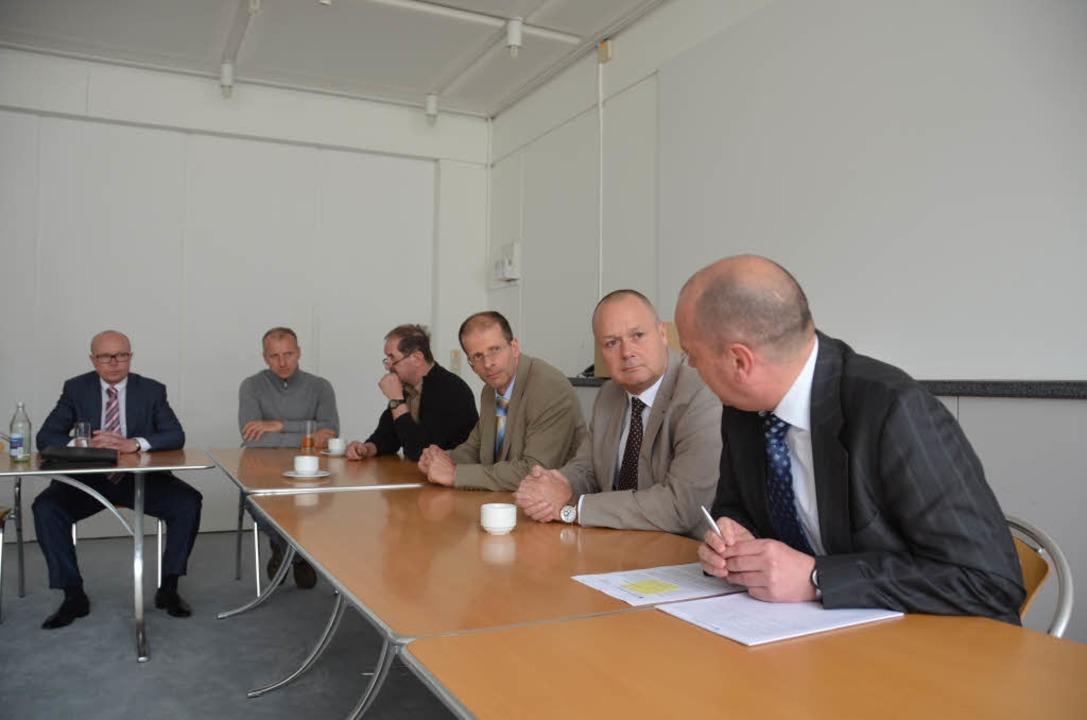 Die finale Pressekonferenz zum Aus von...munikationschef Schultze & Braun)     Foto: Ralf Burgmaier