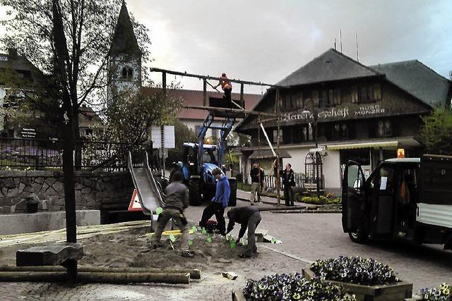 Auf dem Dorfplatz blüht der Schalk