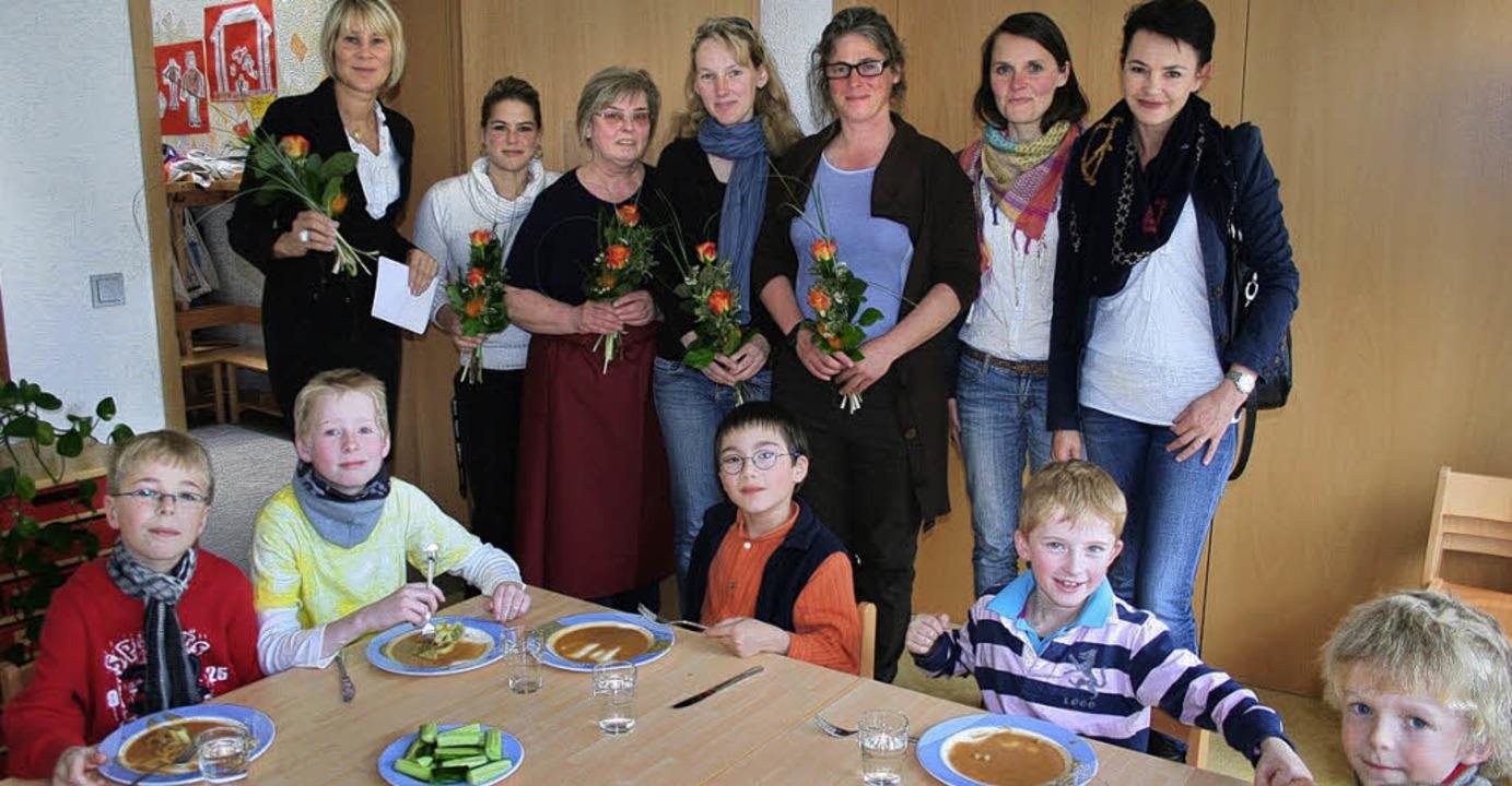Blumen  übergab Rektorin Friederike La...a Winterhalder und  Franziska Glaser      Foto: Dieter Maurer
