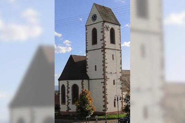 Ein Nest auf dem Dach des Kirchturms