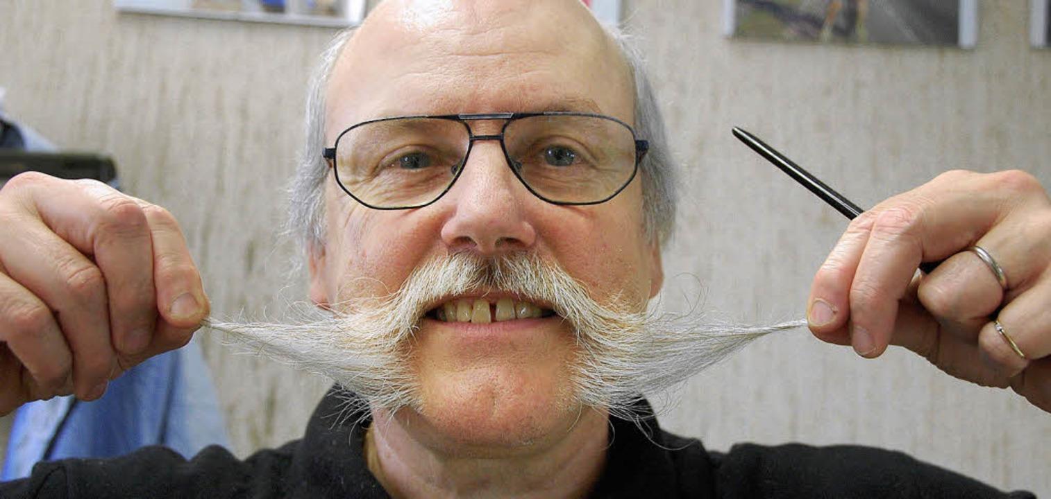 Zwirbeln und dann rollen: So macht Fra...einem Bart ein kleines Haarkunstwerk.   | Foto: Frey