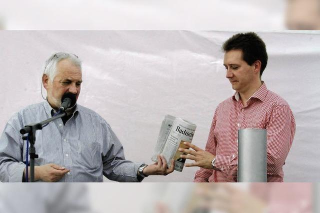 Vater und Sohn füllen die Schatulle