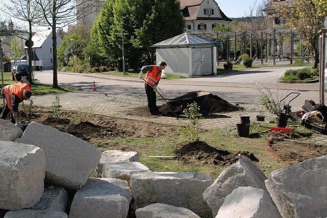 Steinquader und neues Grün werten Ecke auf