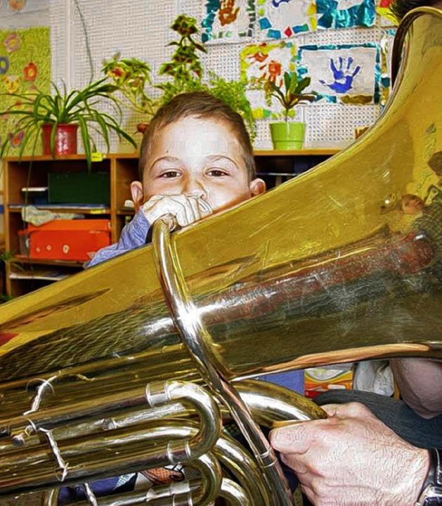 Und jetzt pusten: John (7) strengte si...g an, der Tuba einen Ton zu entlocken.  | Foto: Kirsten Lux