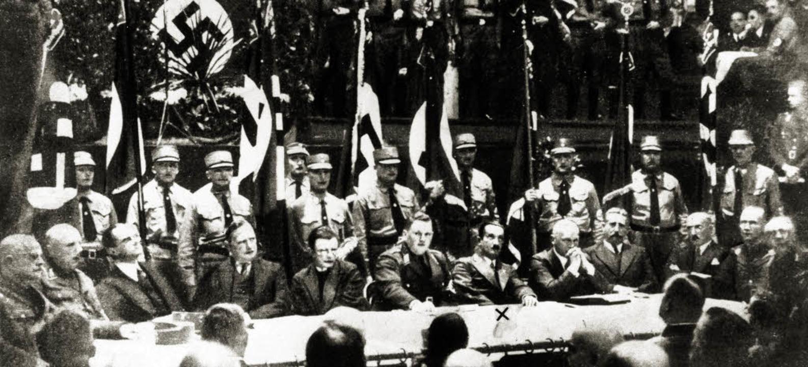 Im Kreis nationalsozialistischer Wisse...Heidegger (markiert) 1933 in Leipzig      Foto: akg