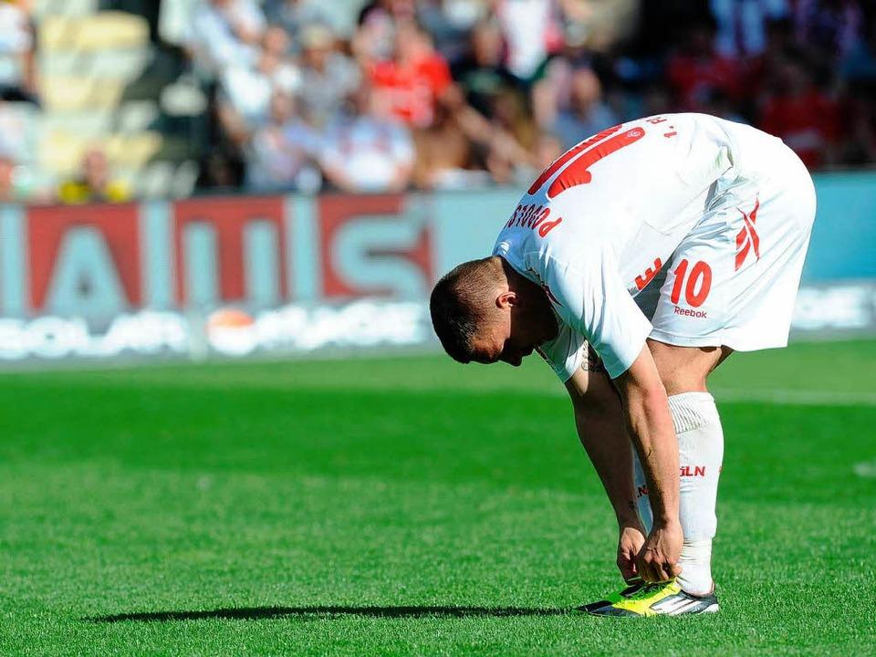 Für Lukas Podolski und den 1. FC Köln ...der Kampf um den Klassenerhalt weiter.    Foto: dpa