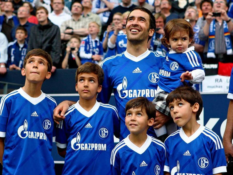 Beim 4:0-Erfolg des FC Schalke über Be...Kindern) ein großer Abschied bereitet.    Foto: dpa