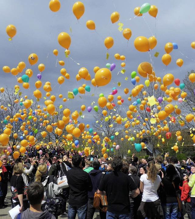 Mit 800 Luftballons schickten die Schü...d Ausländerfeindlichkeit in die Welt.     Foto: Frank Schoch