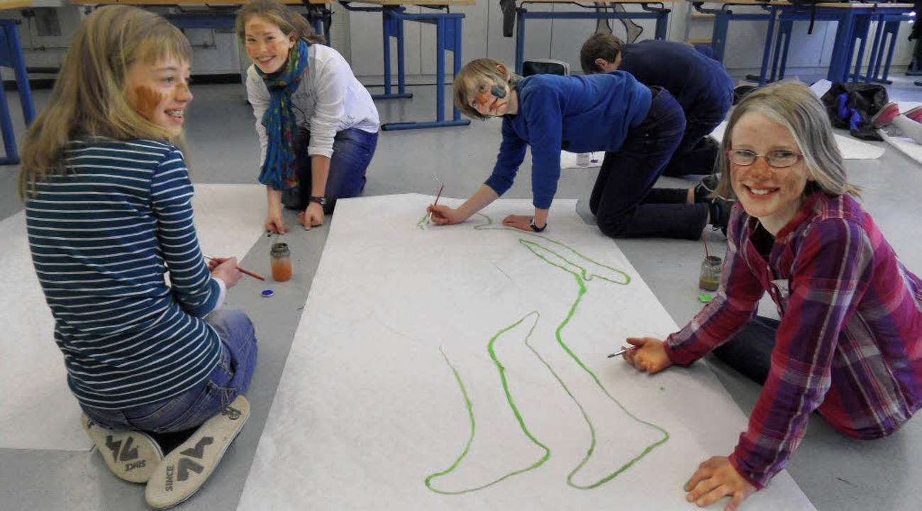 Die Unterstufenschüler  malten sich le...es Zeichen gegen Fremdenfeindlichkeit.    Foto: Frank Schoch