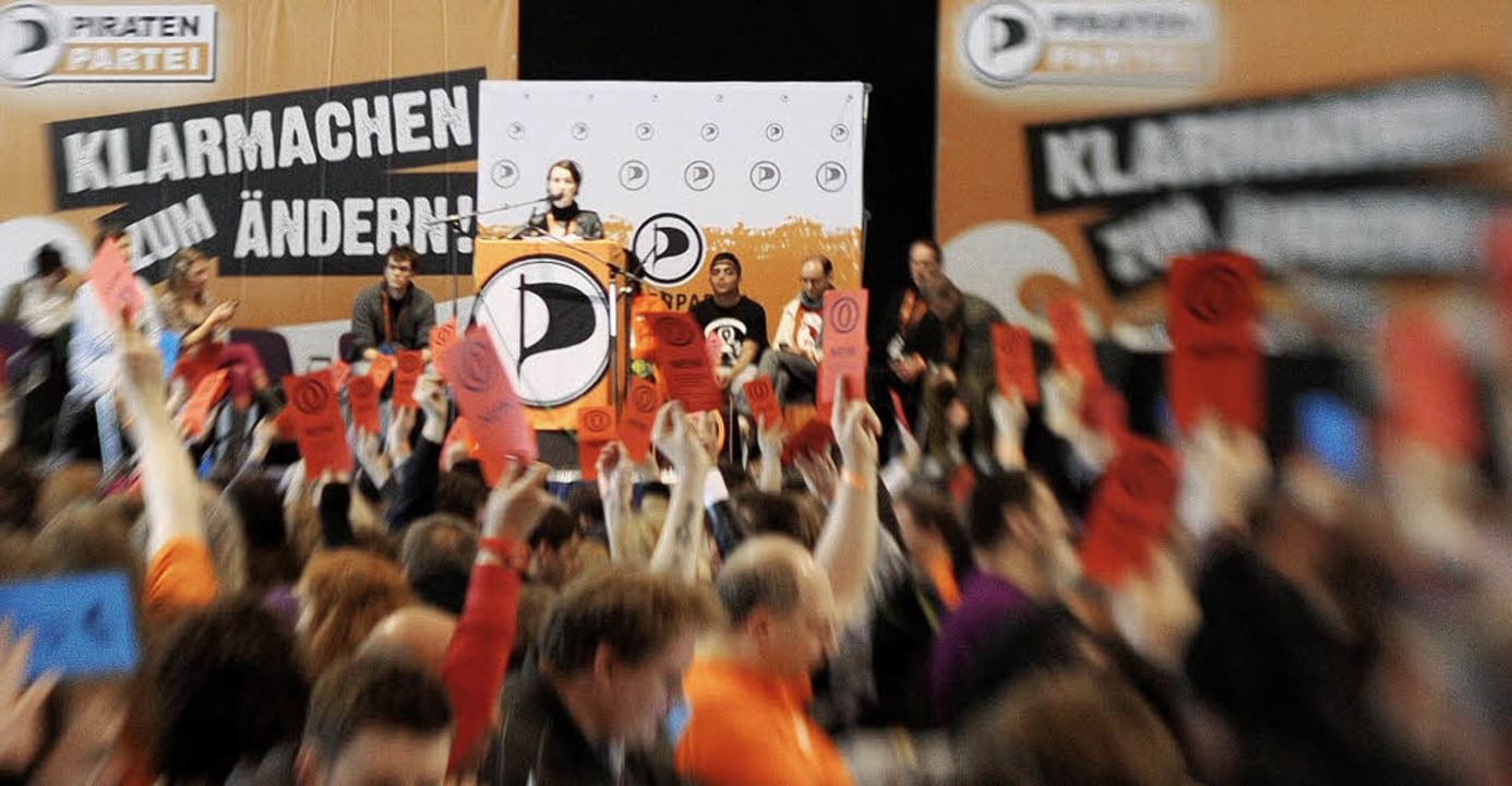 1500 Mitglieder, genauso viele Laptops...0 Meter Kabel: Die Piratenpartei tagt.  | Foto: dpa/dpad