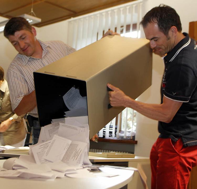 Um 18 Uhr wurden die Wahlurnengeöffnet...  | Foto: Heidi Foessel