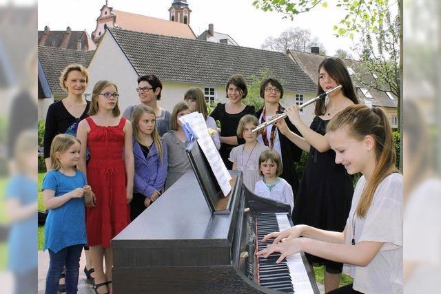 Junge Musiker und Blüten locken