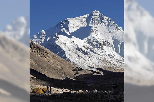 Gleitschirmflieger segeln vom Mount Everest