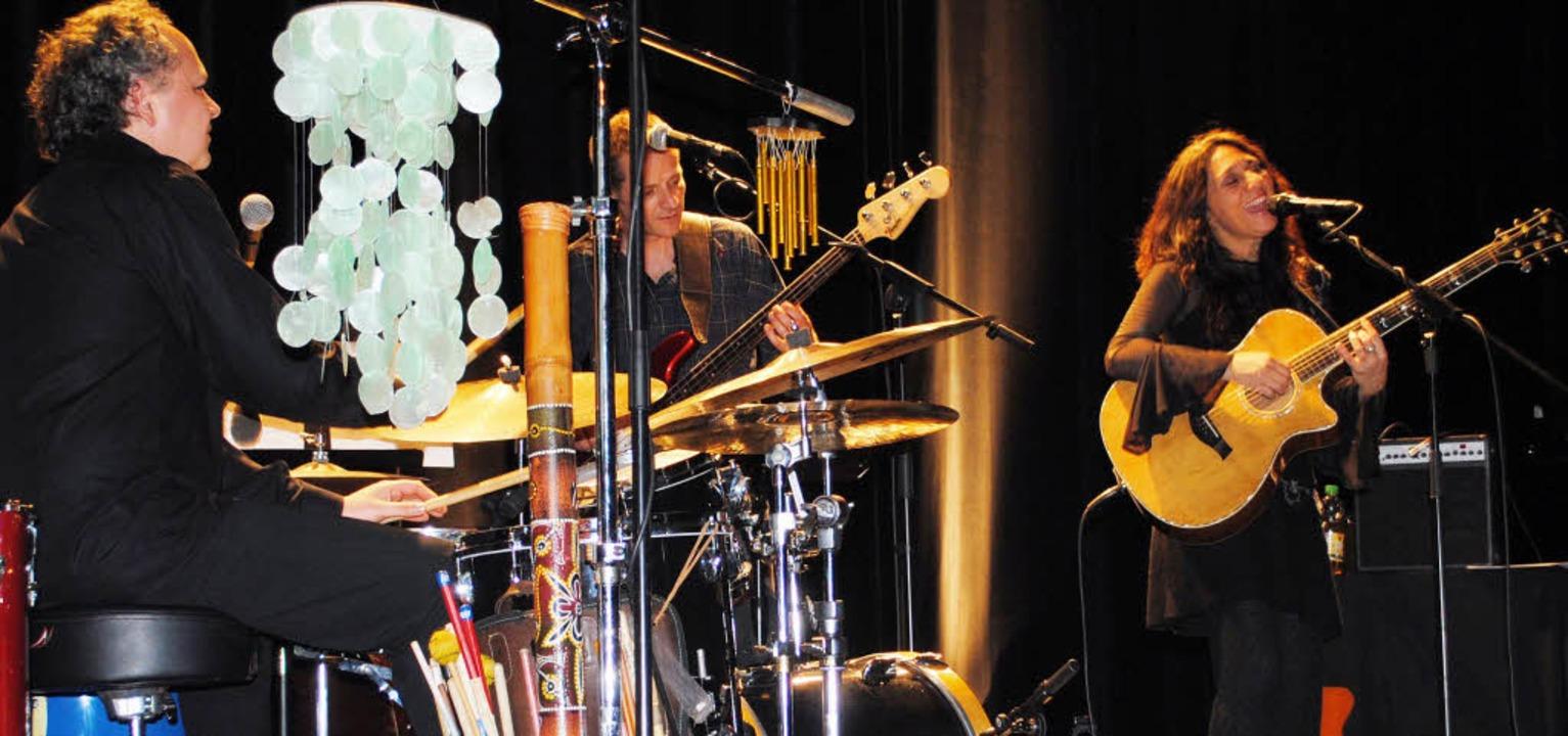 An Stimme und Gitarre gleichermaßen be...ug und Rolf Breyer am Bass im Salmen.   | Foto: Rob Ullmann