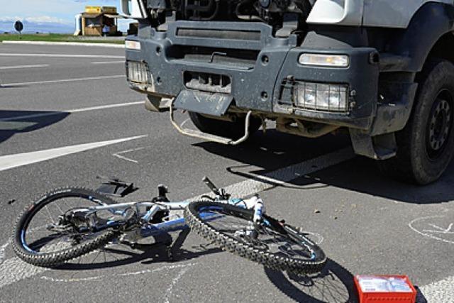 Radfahrer kollidiert auf B 3 mit Lkw