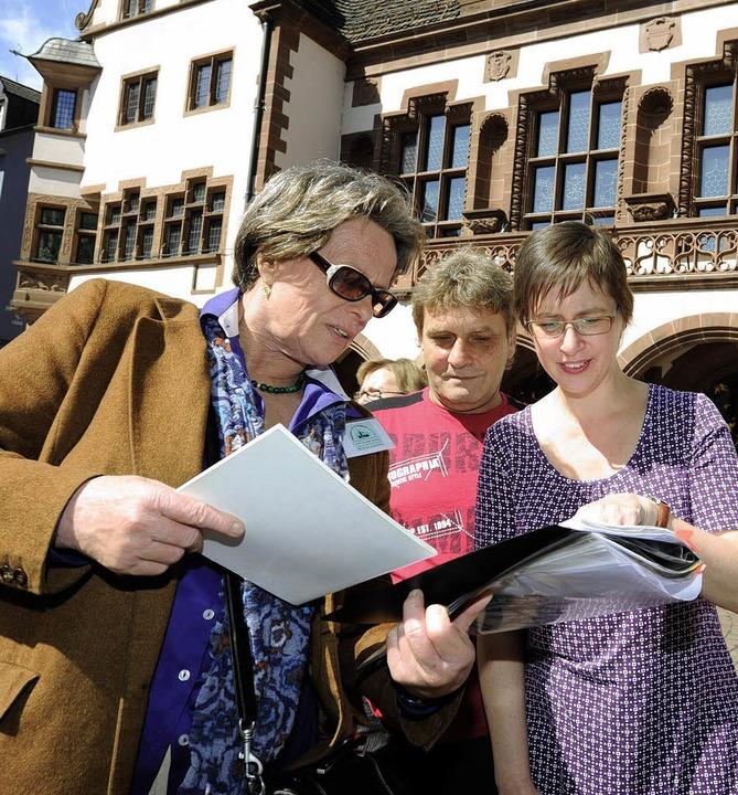 Christiane Weber führt zu Schauplätzen des Romans.   | Foto: Eggstein