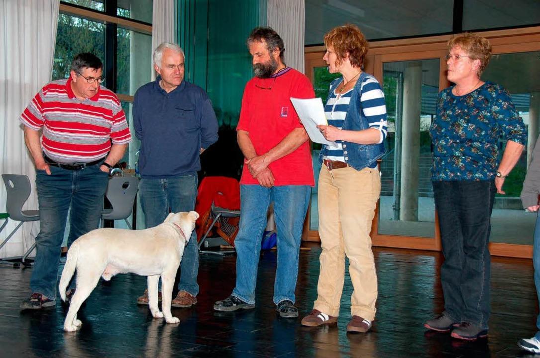 Vom Kettenhund zum Schauspieler: Der a...rotes T-Shirt) ist ebenfalls ganz Ohr.  | Foto: Binner-Schwarz